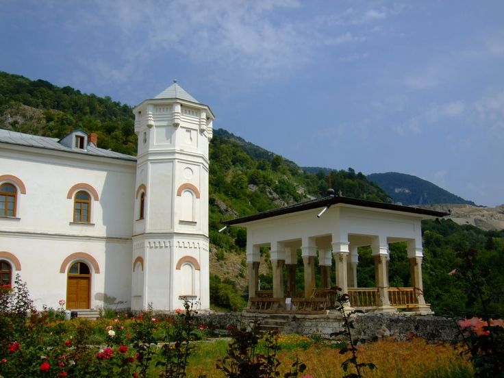 Manastirea Bistrita - vedere spre cariera si muntele Manastirii Arnota, Craiovești