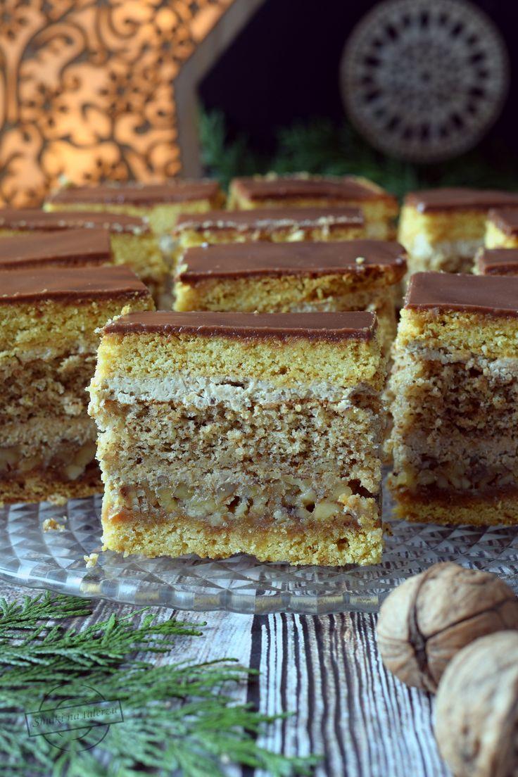 Ciasto na wskroś orzechowe! Jeśli macie w domu dużą ilość orzechów, jeśli nie straszne Wam ich łuskanie lub jeśli jesteście fanami orzechowych smaków, a ceny orzechów Wam nie straszne, polecam Wam to ciasto. Orzechy znajdują się aż w 3 częściach składowych tego ciasta. W sumie wykorzystujemy