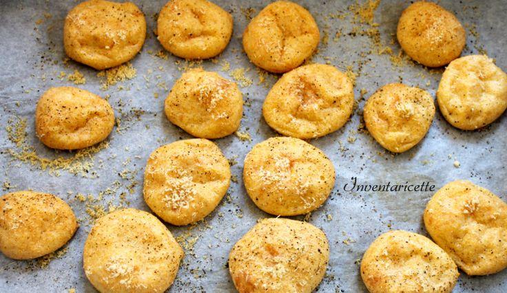 I Bignè di mais al formaggio sono degli originali aperitivi a base di pasta choux con farina di mais insaporita al formaggio. La pasta choux con farina di