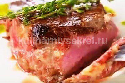 стейк из говядины приготовлен на сковороде