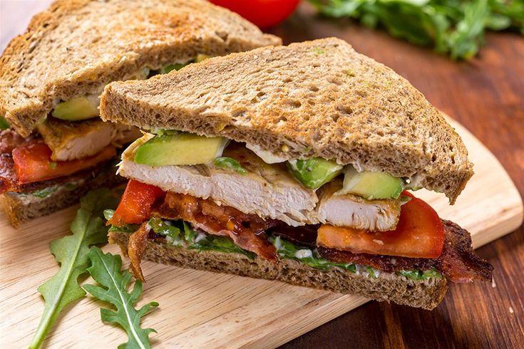 Φτιάξτε ένα απλό σάντουιτς BLT με μπέικον, μαρούλι, ντομάτα, μαγιονέζα και ψωμί.  Μαρινάρετε το μπέικον σας πριν το ψήσετε με σκόρδο, πάπρικα, πιπέρι cayenne και γλυκιά πάπρικα (ή οποίο άλλο γλυκό μπαχαρικό θέλετε).  Προσθέστε φιλετάκια κοτόπουλου, ψημένα και φέτες αβοκάντου.