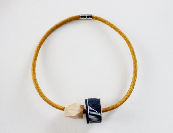 1001 NECKLACE con cavo elettrico rivestito in cotone color senape e dettaglio in legno con carta da parati nera e argento.Bel regalo per lei di IlluminoHomeIdeas su Etsy