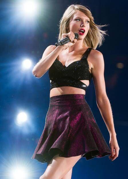 Top gestylt und sexy posiert Taylor Swift auf der Bühne.
