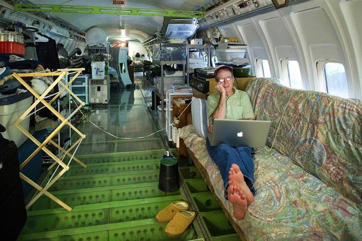 Un pensionar trăieşte într-un Boeing 727, în mijlocul pădurii: cum arată aeronava după ce a fost recondiţionată FOTO   adevarul.ro