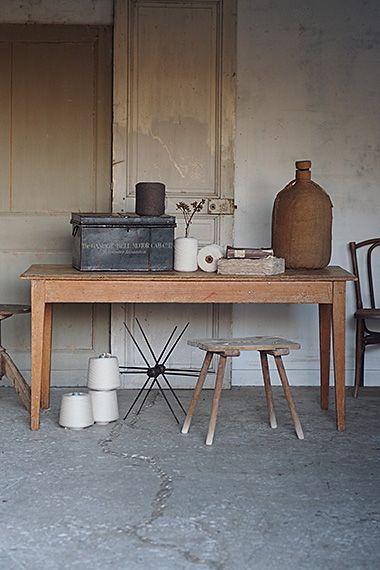 ワーク、ワーク、、工房テーブル-vintage french table シャビーで少し東欧の雰囲気、塗装が明るめの色調だからか。大きい開口の窓に散らばった布サンプル、両側に座ってパターンを検討、、フラットな天板にはサンプルファイル等開き易く。テーパードに素直な脚の形状で複数人の打ち合わせにも向いた程良いサイズ。素材はパイン、1900年代半ばのテーブル。