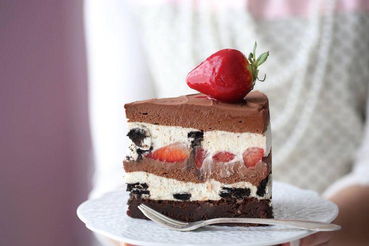 Dette er en, en fantastisk god Oreo-sjokolade ostekaken, fylt med jordbær og en herlig fudge Brownies bunn, den kaken er fantastisk godt i smak. Istedenfor kremost bruker jeg mascarpone, men bruk det du finner i din nærmeste butik, begge dele er gode i denne ostekake. Jeg toppet hver kakebit med et jordbær dyppet i bringebær.