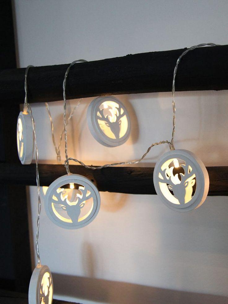 Veldig søt batteridrevet LED lysslynge fra Star Trading med 10 lys. Slyngen har transparent kabel med 10 lyspærer som bor hos hvert sitt reinsdyrhode laget av hvitt treverk. Slyngen kan stilles inn så den står 6 timer på og 18 timer av.