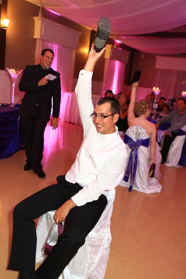 Crédit photo: Ludik Photographie Le jeu du soulier.  Un questionnaire amusant où les mariés répondent à des questions concernant leur couple.  Le piège?  Les mariés ne se voient pas lorsqu'ils répondent aux questions!