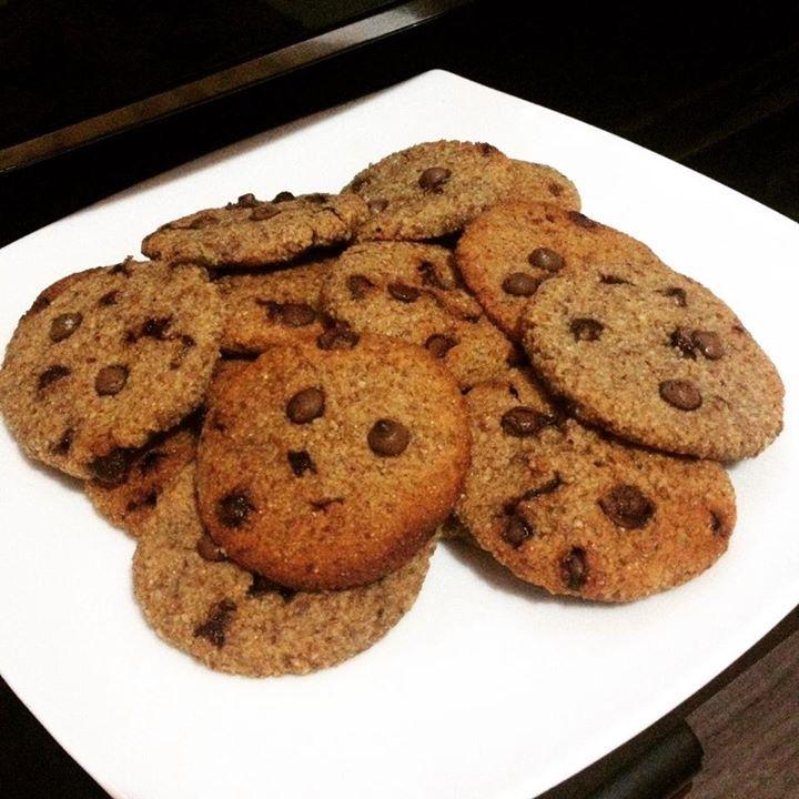 COOKIES DE AMENDOIM 3 xíc dos resíduos do leite de amendoim/ 1 xíc de farinha de trigo integral/ 1/2 xíc de manteiga de amendoim/ 1/2 xíc de açúcar mascavo/ 1/2 xíc de açúcar demerara/ 1/2 xíc de água filtrada/ 1 colher de chá de essência de baunilha/ 1 pitada de sal/ gotinhas de chocolate pra caramba Mistura tudo até obter uma mistura homogênea, molda os cookies e depois assa por 15-20 minutos em forno pré-aquecido.
