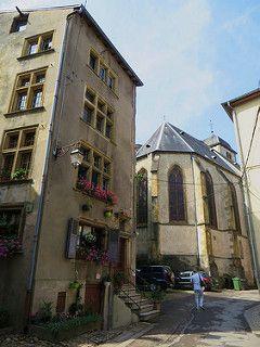 Maison Berweiler (1624) et église gothique de la Nativité de la Vierge (XVe), rue de la Porte de l'Horloge, Sierck-les-Bains, Moselle, Lorraine, France. | par byb64