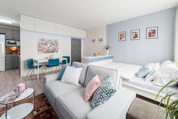 Proměna panelákového bytu 2kk obývací pokoj s jídelním koutem a velkou postelí severský styl / living room in light blue and pink