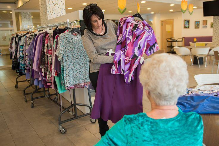 Regelmatig vindt er bij WZH Leilinde kledingverkoop in huis plaats.