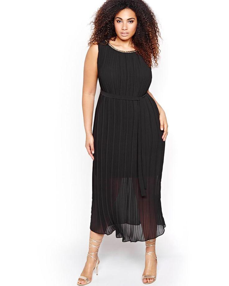 Voici la robe taille qui vous élèvera au rang de déesse des tendances! Son encolure bijou ajoute une touche de brillance, alors que son tissu plissé et sa ceinture complimentent la silhouette. Une robe parfaite pour la silhouette galbée, étroite et en rondeur. Encolure ronde, doublure, longueur de 54 po. Michel Studio.