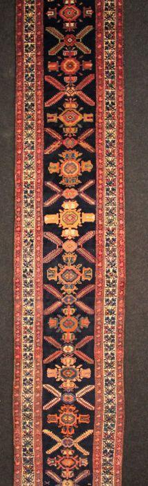 Uitzonderlijke en prachtige KOLYAI Perzisch antieke hal tapijt in perfecte staat 635 x 92 cm.  KOLYAI: Semi-nomadische Koerdische stammen wonen in een landelijke zone tussen de centrale regio's van de Songhor Kermanshah en Asadabad in het noordwesten van Iran. Deze tapijten zijn vrij dik en van zeer goede kwaliteit. Onderneming en stevige knopen met een hoge stapel en mooie motieven. De decoratie vaak bestaat uit geometrische figuren in verzadigde tinten.Handgeknoopte Perzische tapijt van…