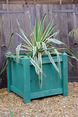 Instructions on how to make planters out of old pallets. Too cute, now if I can find the time.
