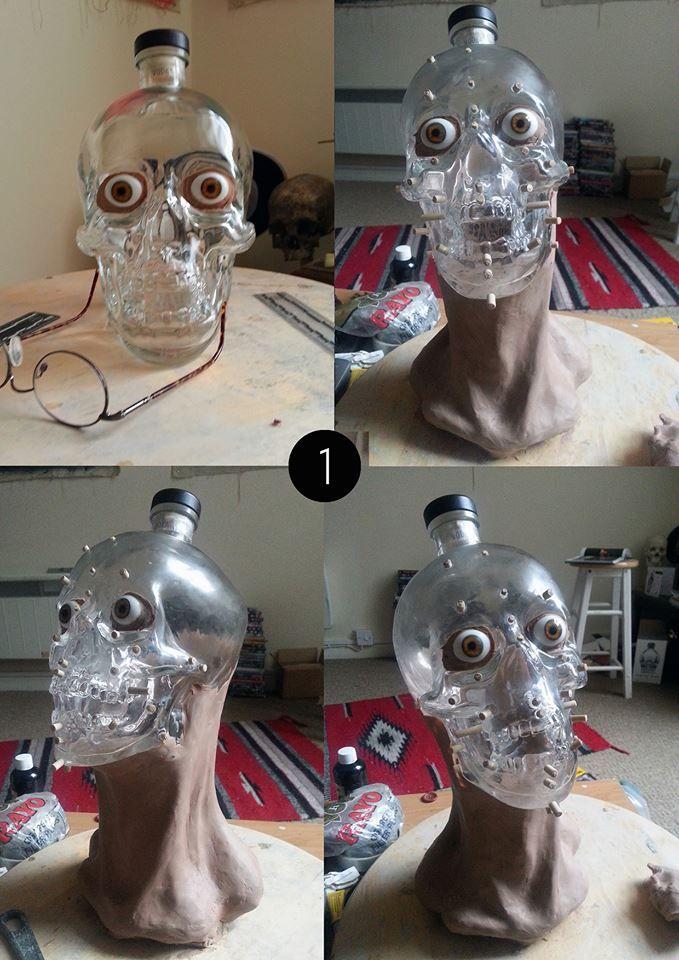 Un spécialiste de la reconstitution faciale s'amuse avec une bouteille de Crystal Skull Vodka - Image