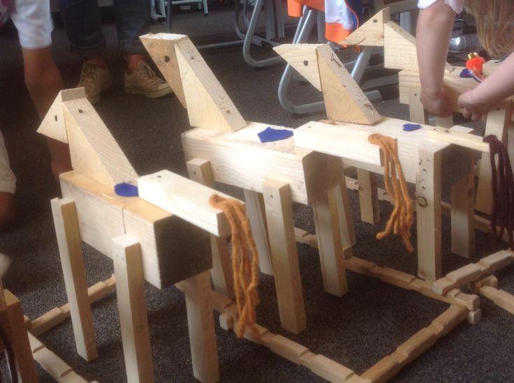De houten paarden staan op stal.