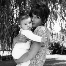 Con l'amato figlio Luca Dotti; in barca con amici; in cucina e nell'amato giardino in Svizzera. Ecco alcune delle immagini edite nel volume 'Audrey mia madre' (Electa Mondadori)