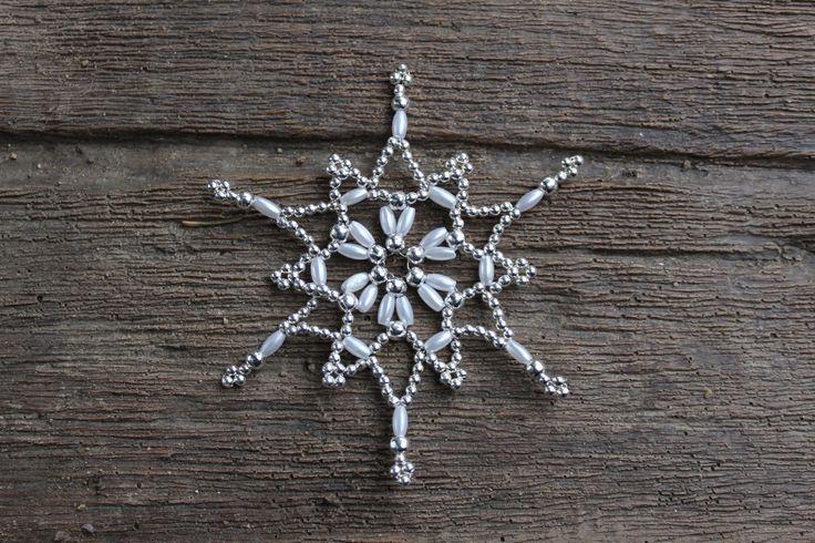 Sněhová+vločka+-+stříbrnobílá+-+8cm+Sněhováo+průměru+8cm.+Vločka+je+vyrobena+z+plastové,+perleťové+bílérýže+a+drobných+kulatých+kovovýchkorálků.+Hvězdička+je+lehoučká,+krásně+se+bude+vyjímat+na+vánočním+stromečku,+jako+dekorace+do+okna,+nebo+třeba+na+adventním+věnci+či+jako+ozdoba+dárku.+Budete-li+si+přát+více+hvězdiček,+než+je+momentálně...