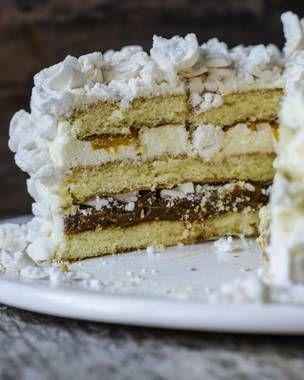 Chajá. Esta torta no tiene su origen en Argentina, sino en Uruguay. La creó en 1927 Orlando Castellano, propietario de la confitería Las Familias de la ciudad uruguaya de Paisandú. El nombre es un homejaje al chajá, un pájaro de abundante plumaje. La torta es una abundancia de bizcochuelo, merengue, crema, durazno y frutilla, aunque en algunas versiones más modernas le han incorporado dulce de leche y chocolate.
