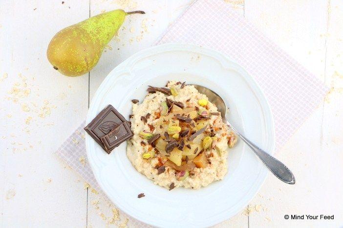 Heerlijk in de winter, deze havermout met peer, kaneel, chocola en pistachenootjes. Zo kun je de dag wel aan! Ik maakte overnight oats en warme peer.