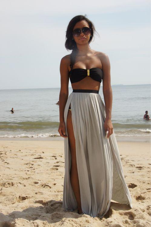 Acheter la tenue sur Lookastic:  https://lookastic.fr/mode-femme/tenues/top-de-bikini-noir-jupe-longue-bas-de-bikini-noir-lunettes-de-soleil/10331  — Lunettes de soleil brunes foncées  — Top de bikini noir  — Bas de bikini noir  — Jupe longue fendue grise