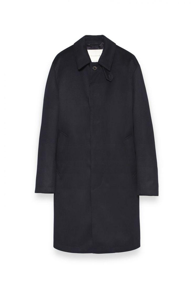 COLLECTION MENページ。英国を代表する老舗ブランド、マッキントッシュの公式ページ。今も19世紀と同じ製法でつくられるゴム引きコートをはじめ、トレンチコートやダウンジャケットなど、着る人の魅力をひきたたせるシンプルでタイムレスなアウターウェアを生み出しています。AW15シーズンより、同じ美意識からつくられるシャツやジャケット、英国靴などその世界が広がっています。