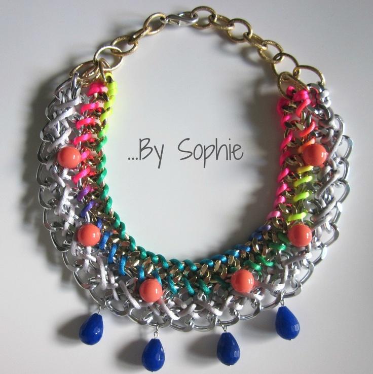 Collar By Sophie triple cadena aluminio cordón fluor y cuentas cristal coral y ágata azulón.
