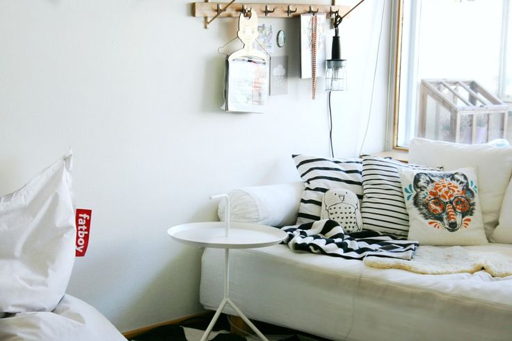 Living room at MAMI GO GO blogger's home. White sofa, table and Fatboy.