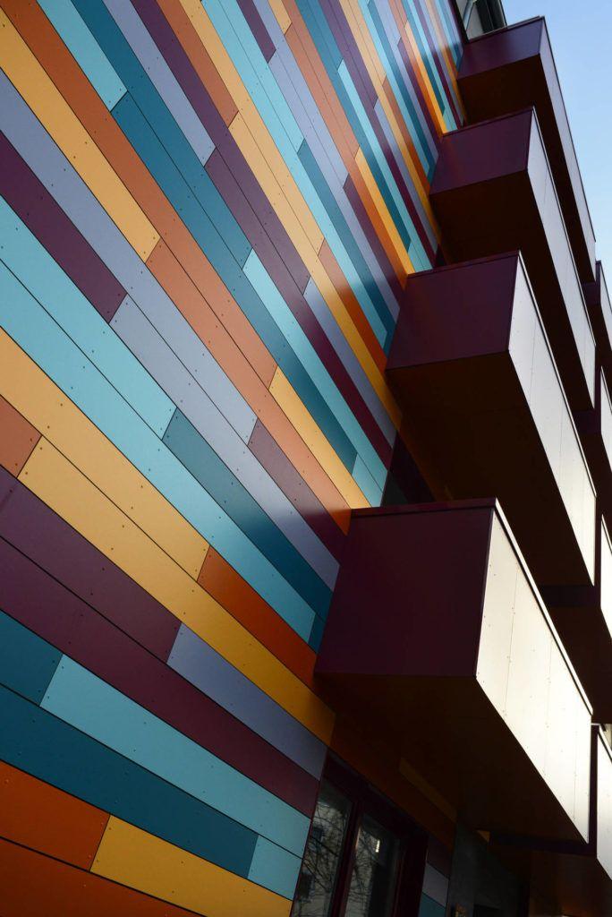 L'utilizzo dei pannelli per facciata Rockpanel Colours, scelti in diversi colori combinati tra loro, può dare un'impronta unica alla ristrutturazione di facciate, ottenendo risultati davvero sorprendenti e molto funzionali.
