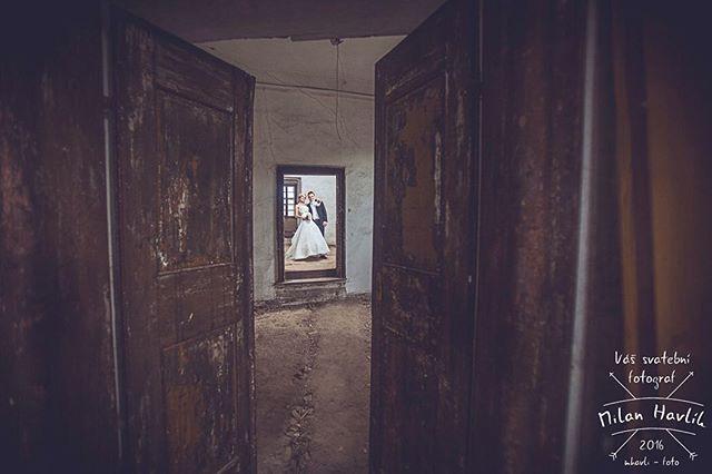 Opuštěný zámeček v Pluhově Žďáře má pro focení také své zvláštní kouzlo... Fotívám tady moc rád. Fotka ze svatby Markéty a Martina... #svatba #wedding #svatebnifoto #weddingphoto #svatebnifotograf #weddingphotographer #czechwedding #czech #czechphotographer #czechweddingphotographer #nevesta #zenich #pluhuvzdar #pluhac #zamekpluhuvzdar #zamek #opustenyzamek #dvere #netradicnifoto #mamsvojipracirad #fotiltomilan