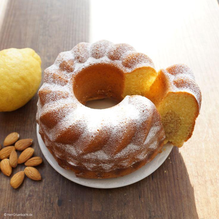 Umbrischer Zitronen-Mandelkuchen I   Manchmal versuche ich etwas zu kochen oder zu backen, was mich an Urlaubstage erinnert. Dieses Mal hatte ich an das heiße Umbrien gedacht. 28 Grad. Es ist vier Uhr und wir sitzen auf der Terrasse eines Cafés in der Nähe von Orvieto. Gegenüber ist Wochenmarkt. Espresso. Ein Stück Kuchen. Aus dieser Erinnerung entstand dieser Zitronen-Mandelkuchen. Mit gemahlenen gebrannten Mandeln. Den abgekühlten Kuchen mit Zitronensaft beträufelt. Saftig und dennoch…