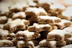 Ricetta semplice dei biscotti di Natale alle mandorle con 3 soli ingredienti. Classici biscottini delle feste da donare come regalo natalizio fai da te.