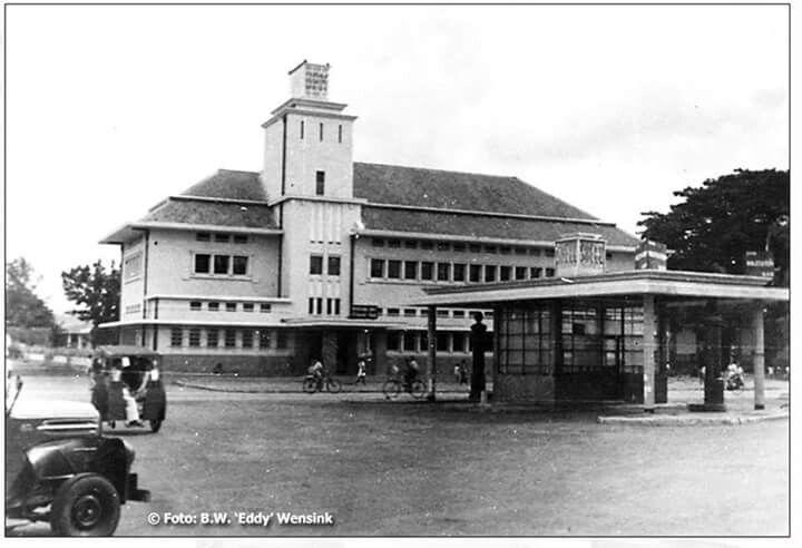 Gedung Pertamina di jln. Pemuda, Semarang. Depannya terdapat Pom bensin milik Shell 1945 - 1946