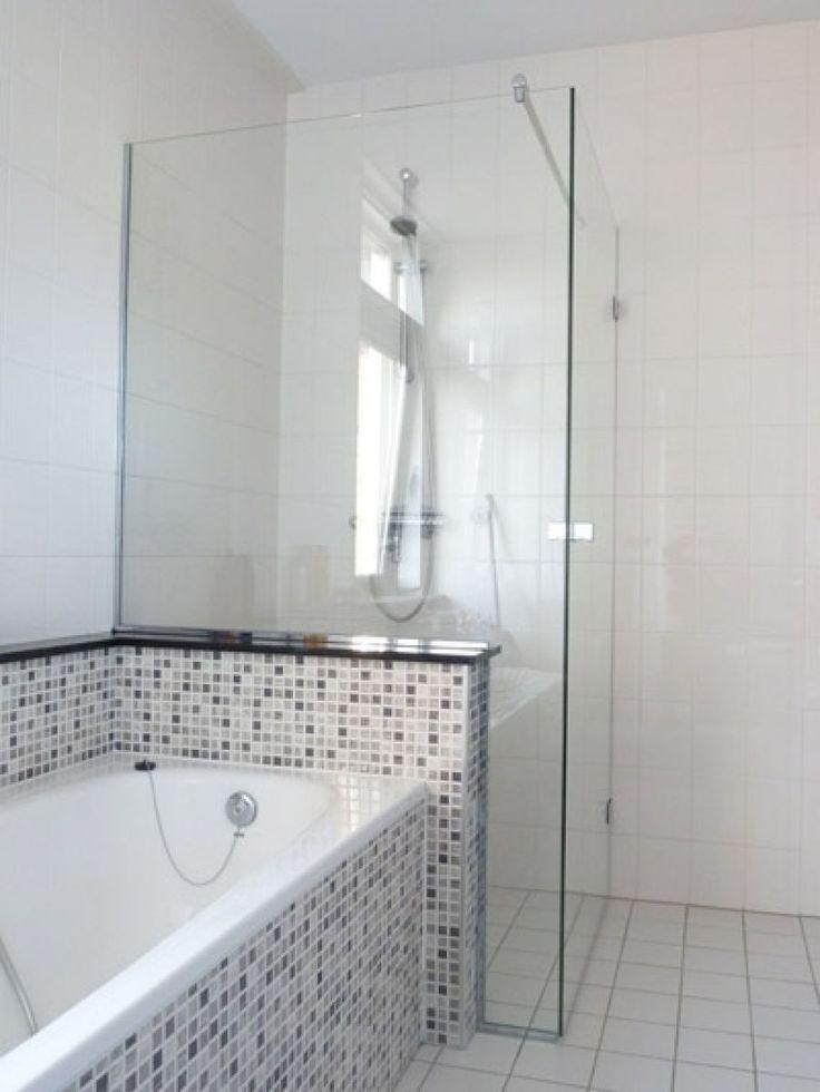 Glazen douchewanden Bij A&A Glashandel kunt u niet alleen terecht voor glazen wanden, maar ook voor glazen douchewanden. Sinds het einde van de 19e eeuw bestaat de op zichzelf staande douche. Het douchegordijn diende lange tijd als spatscherm en hield het water en de warmte binnen. Douchegordijnen zijn inmiddels vervangen door de veel modernere glazen douchewanden. Glazen douchewanden ogen modern, strak en fris en zijn goed schoon te maken.
