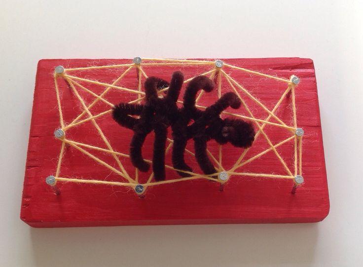 Hämähäkki-taulu. Tekninen työ ekaluokka, tokaluokka. Sahaus, maalaus, naulaus, lankojen pujottelu, hämähäkin teko.