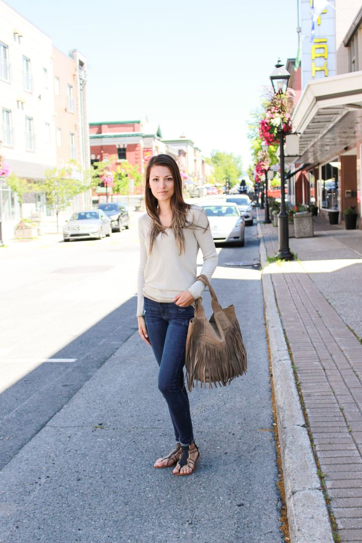 3 wardrobe must have | Sparks and Bloom  Outfit of the day - hand bag - frange - outfit - yoga jeans - sandals- street style