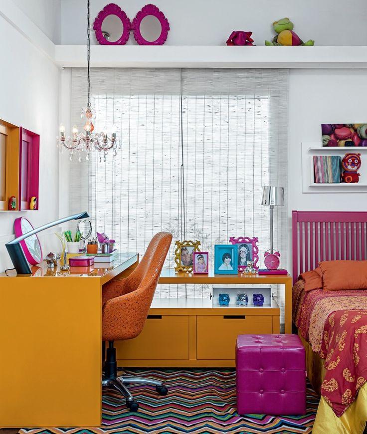 """Mescla doce e calorosa: uma sala em amarelo, laranja e rosa - Uma explosão de tonalidades define a personalidade deste quarto montado na loja Madeira Bonita, em São Paulo. E não é que o resultado ficou harmonioso? O segredo foi priorizar uma paleta em sutil degradê de matizes quentes, que vai do luminoso amarelo ao vibrante magenta. Outras nuances comparecem nos detalhes. """"O tapete multicolorido responde pela unidade visual"""", analisa a consultora de cores carioca Bete Branco."""