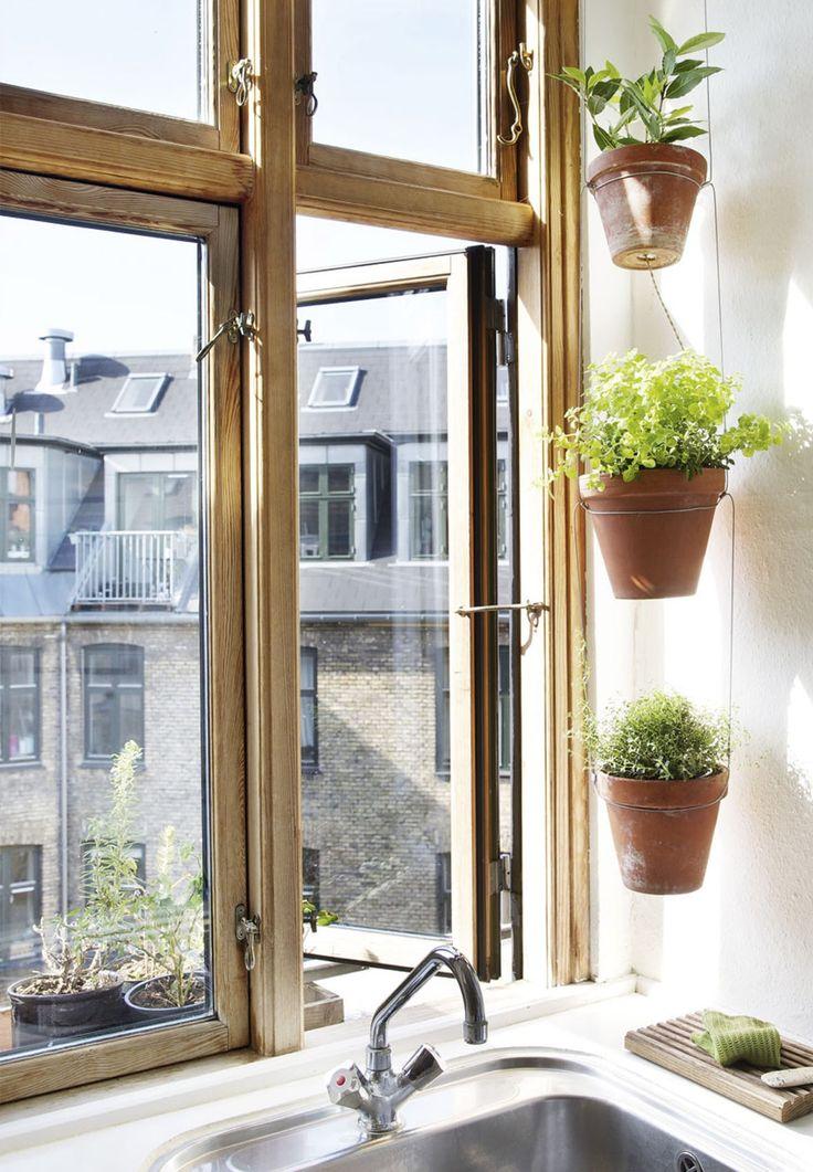 Flere funktioner og stramme indretningsregler er koden til at få det maksimale plads ud af Thea og Mathias' lille lejlighed, hvor de selv har bygget mange af møblerne.