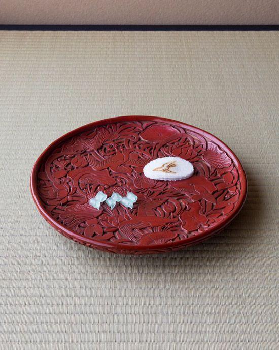 菓=ほととぎす、荒磯/亀屋伊織(京都) 器=堆朱花鳥文盆 明時代