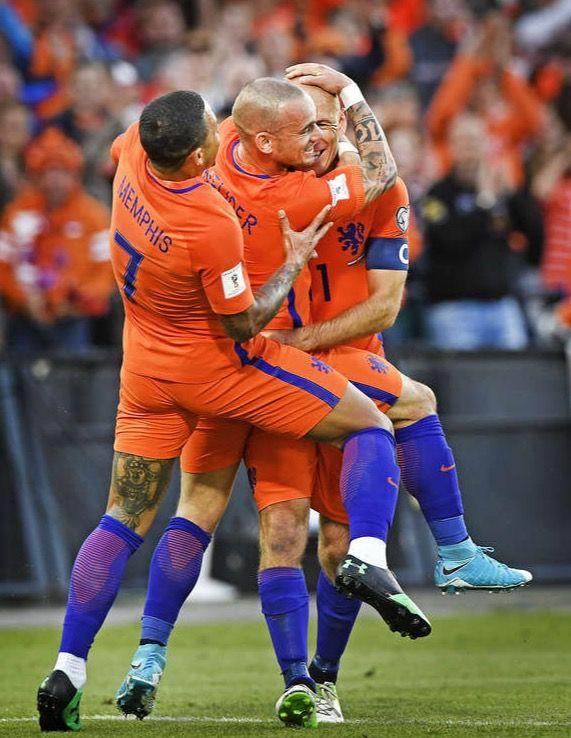 Memphis, Snijder en Robben vieren een doelpunt tijdens Nederland-Luxemburg. 2017-06-09