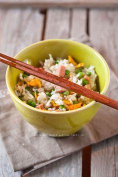 Il riso alla cantonese, uno delle ricette cinesi più conosciute al mondo. Seguite questa ricetta per realizzarlo come lo fanno al ristorante cinese!