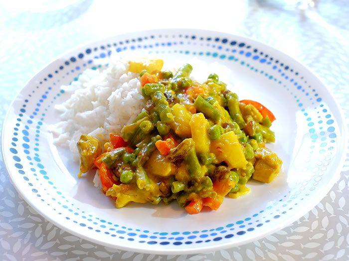 Kip kerrie met rijst, sperziebonen, doperwtjes, ananas en rozijnen