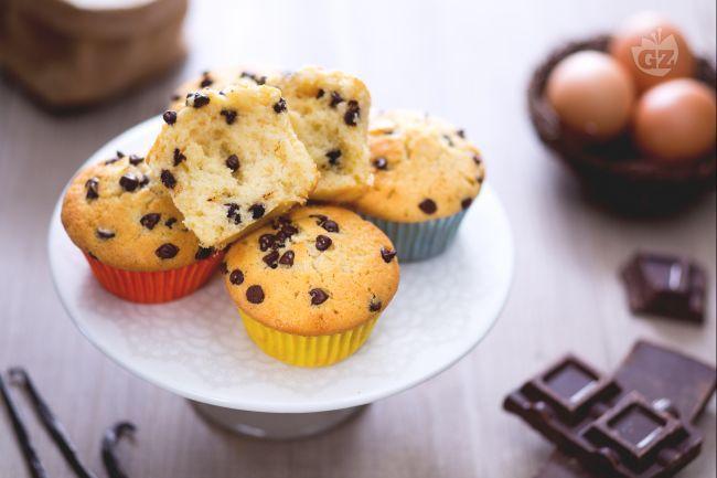 I muffin con gocce di cioccolato, sono dei soffici dolcetti perfetti per fare colazione o merenda, con un gusto delicato e ricco di goloso cioccolato!