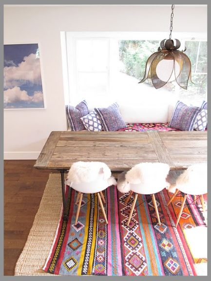 The wood + muted yet colorful rug is perfect #Mexican #Interior #Inspiration