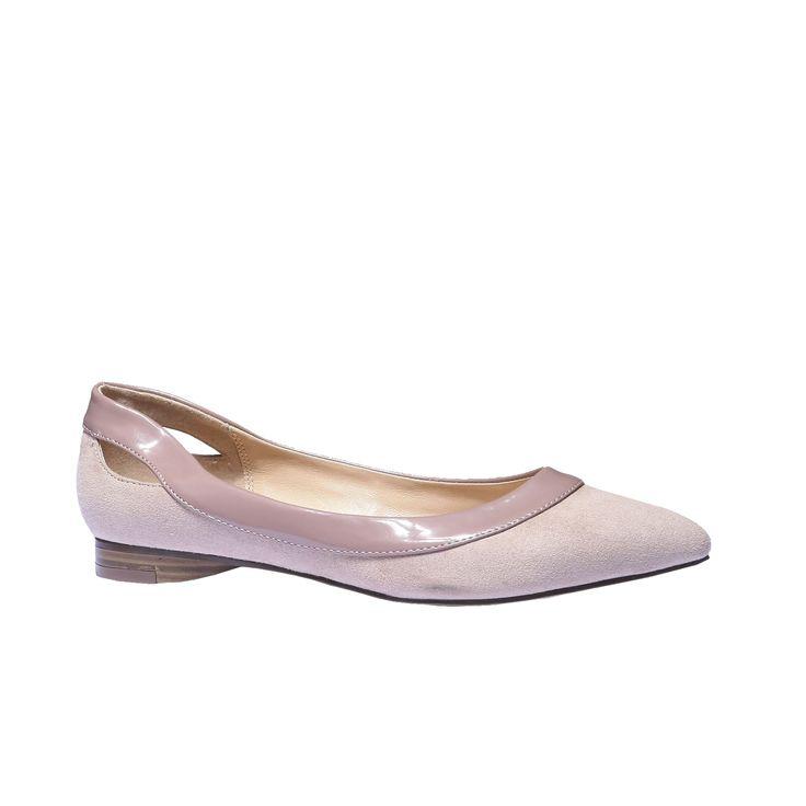 Scarpe da donna eleganti nello stile popolare Loafer, con tacco basso e fodera in pelle. La comodità è completata dal design accattivante, la punta allungata, i bordi verniciati e i ritagli trendy ai lati. Amerete queste scarpe in primavera e le indosserete per tutta l'estate. Si combinano in modo eccellente all'outfit elegante.