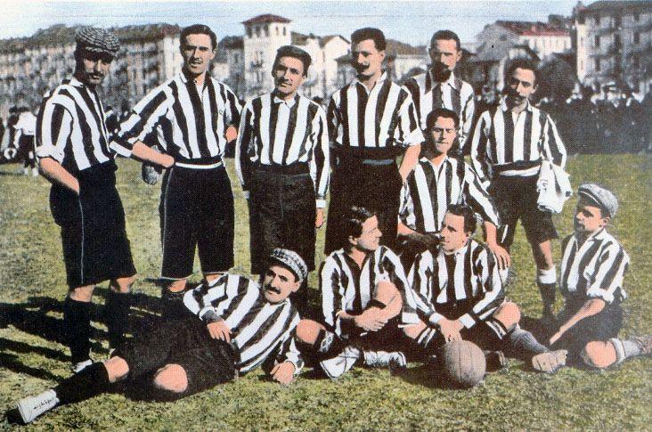Formazione bianconera bel 1906, pochi anni dopo l'adozione della nuova maglia bianconera.