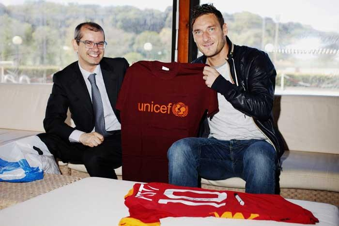 The director of UNICEF meets ambassador Francesco Totti    A special Giallorossi UNICEF shirt given to the A.S. Roma captain