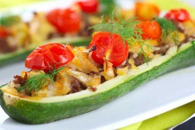 Zucchini gefüllt mit Hackfleisch und Tomaten