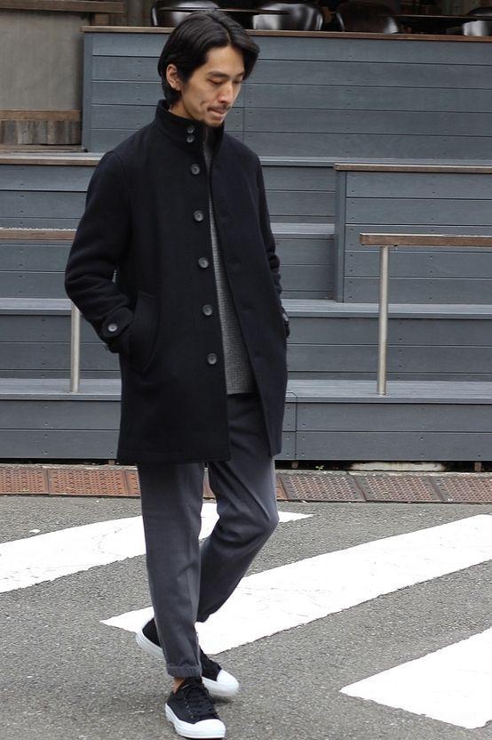 スタンドカラーのコート ソフトな肌触りに仕上げる為に交撚糸で仕上げたメルトンコート。 スッキリとしたシルエットにモダンな雰囲気漂うスタンドカラーが魅力的なアイテム。 クラシカルなデザインにすっきりとしたシルエットが魅力の仕上がりで、カジュアルからビジネスまで様々なスタイリングでご使用頂けるアイテムです